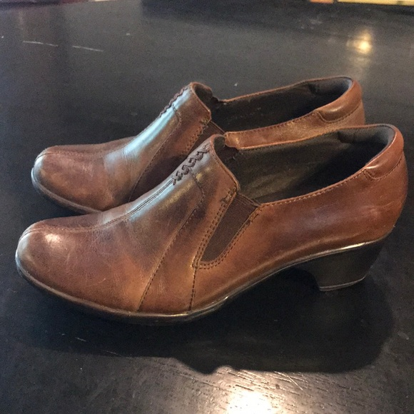 Womens 6 Brown Leather Clarks Slip Ons